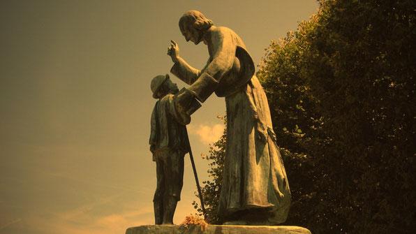 Estatua a San Juan María Vianney, el santo cura de Ars