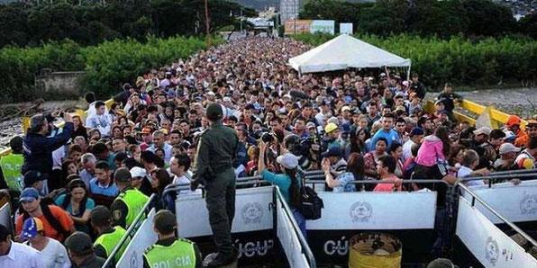 Cientos de miles de venezolanos escapando de la dictadura comunista en su país.