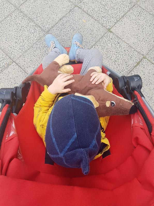 Rituale fürs Kleinkind während der Kita-Eingewöhnung: Spaziergang, Kuscheltier, gemeinsames Wegbringen des Buggys.
