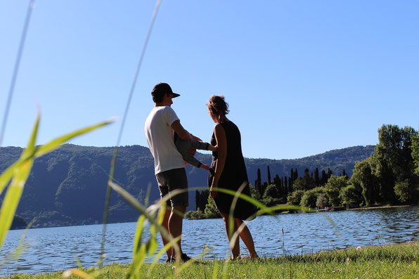 Familie vor See in Südfrankreich. Bild in Erfahrungsbericht übers Reisen mit Baby auf dem Mama-Blog patschehand.de