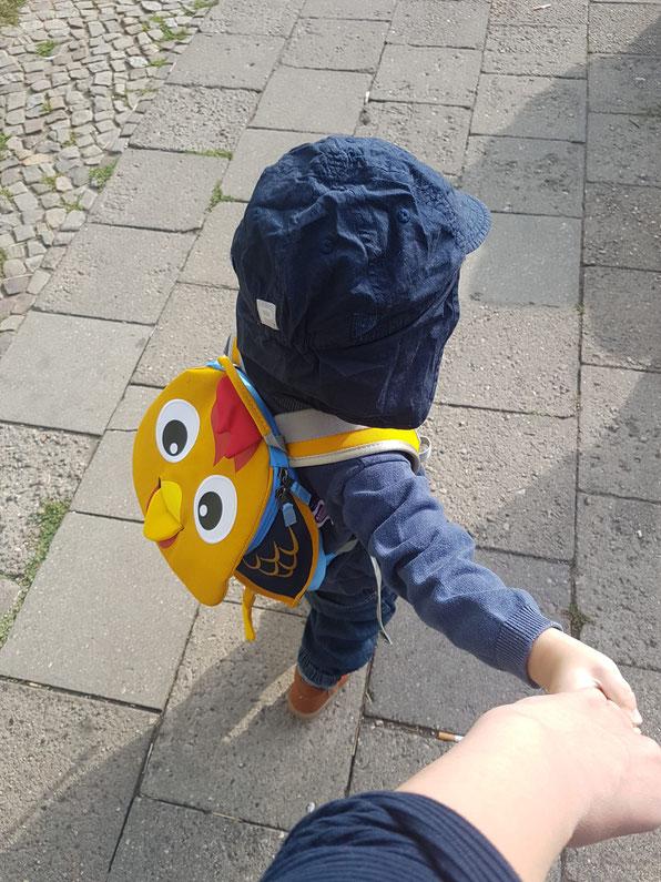Junior wird Kita-Kind: Jana Mama Patschehand und ihr Kind am ersten Kita-Tag Hand in Hand.