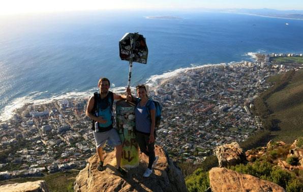 Junge Familie genießt die beeindruckende Aussicht auf die Landschaft Kapstadt während ihrer Elternzeit-Reise.