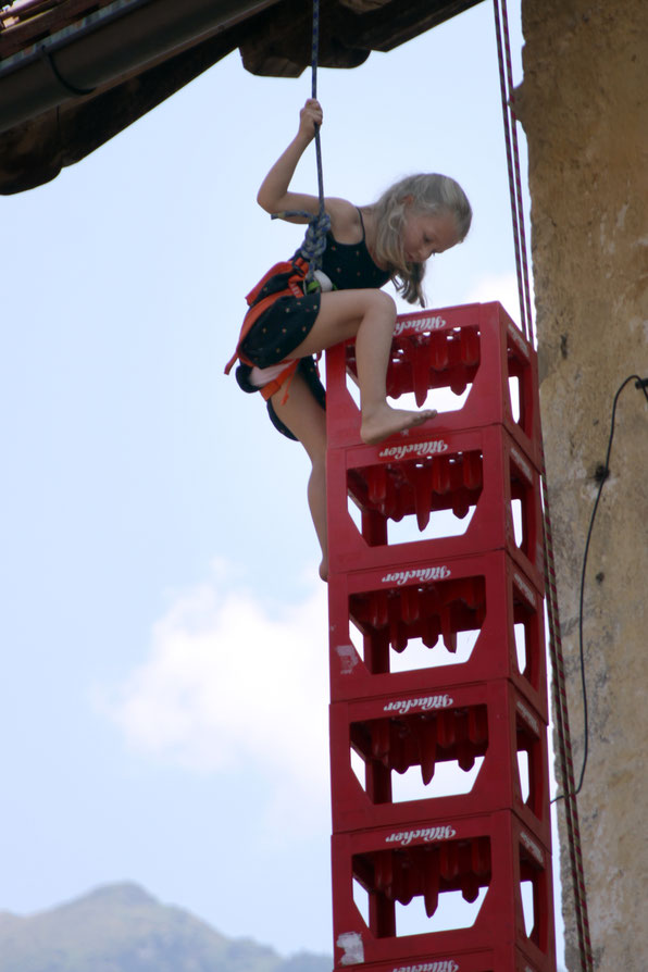 Geschicklichkeit bewies dieses Mädchen beim Bierkisten-Klettern
