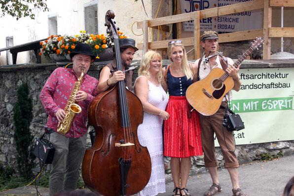 auch Bürgermeister-Gattin Christiane u. Mitorganisatorin Alexandra genossen den feinen Sound des Hillibilli-Trios