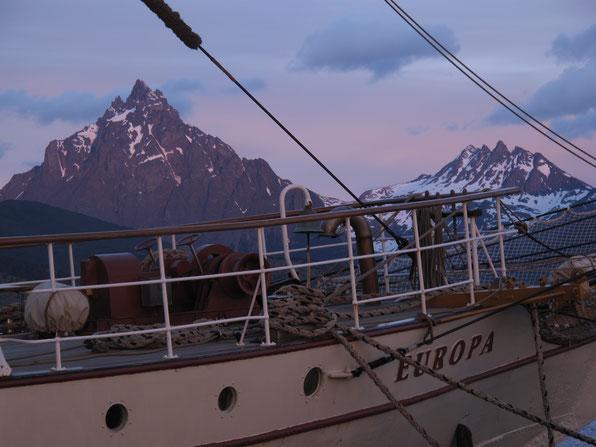 """Noch liegt die """"Europa"""" ruhig im Hafen von Ushuaia."""