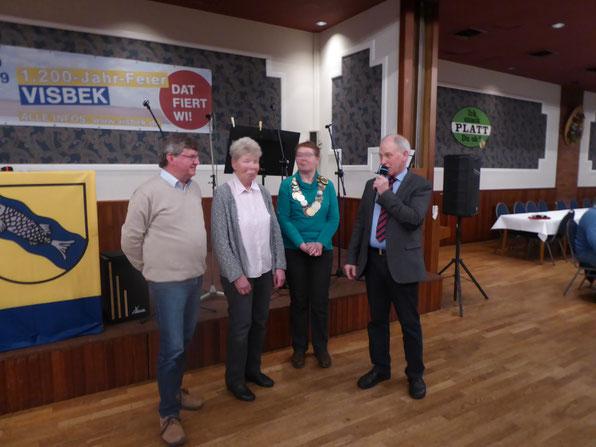 V.l.n.r.: Manfred Gelhaus, Inge Hellebusch, Mechthild Grützmann und Josef Kampers bei der Übergabe der Wanderkette an den Heimatverein Holdorf