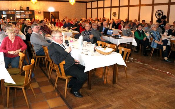 Bernard Echtermann (am Mikrofon) kommentiert die Bilder im Saal Bocklage, Ihorst