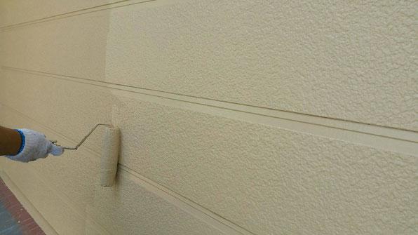 海津町、南濃町、平田町、養老町、祖父江町、八開村、立田村、長島町で外壁塗装工事中の外壁塗装工事専門店。弥富市で外壁塗装工事/上塗り作業中