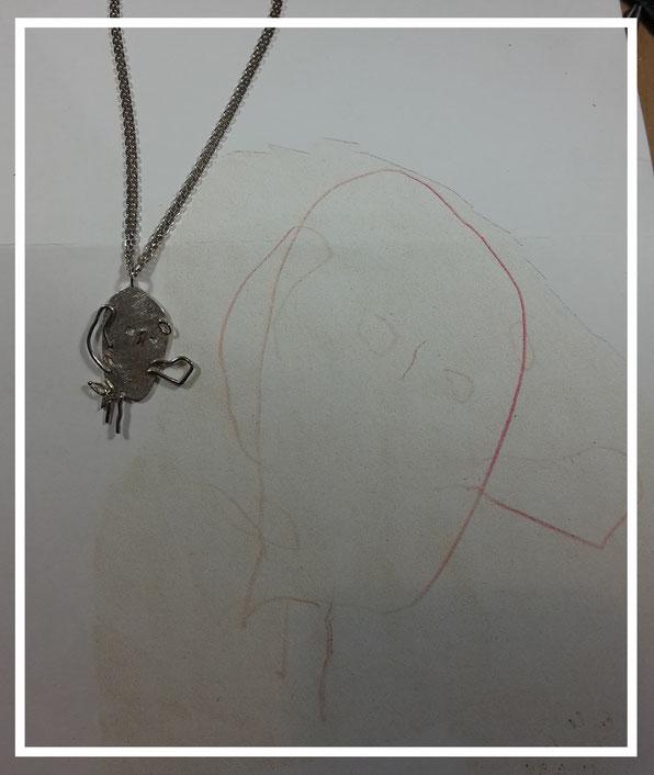 Die Künstlerin hat eine tolle Eule gezeichnet, die jetzt den Hals der Mutter für immer schmücken darf.