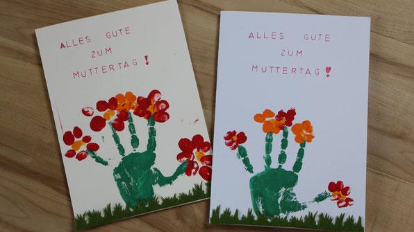 Muttertagskarten mit Blumen aus Hand- und Fingerabdrücken