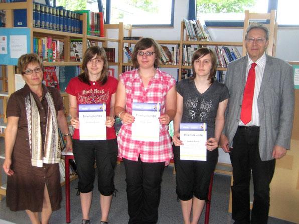 Die betreuende Lehrerin Frau Sonja Schalck, Christina Runck, Xenia Völkel, Nadine Runck (alle 10b) und Schulleiter Joachim Paul freuen sich über die Auszeichnung