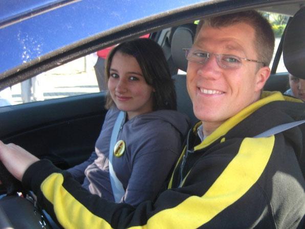 Anschnallen nicht vergessen!!! Zum Schluss verdeutlichte Herr Deininger den Schülerinnen und Schülern mit einer kurzen Fahrdemonstration (Schrittgeschwindigkeit - Vollbremsung, Fahrt bei 30 km/h - Vollbremsung) die Wichtigkeit des Anschnallens.