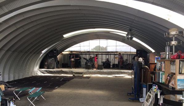 千葉県の印西市にあるユタカファームのライブ会場でバンドがリハをしているシーン