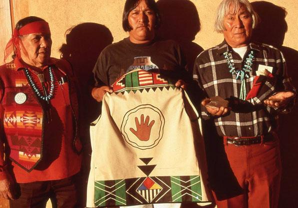 1990年11月20日ニューメキシコ州サンタフェにて、火氏族マーチン・ゲスリスオマ(2015年没)は管理していた石板を公開。 グレイト・スピリットの承認を表す手形がデザインされたベストを、大切なメッセージを伝える公式の場で、いつも着用していた。 左端は伝統派通訳詞だったトーマス・バニヤッカ(1999年没)