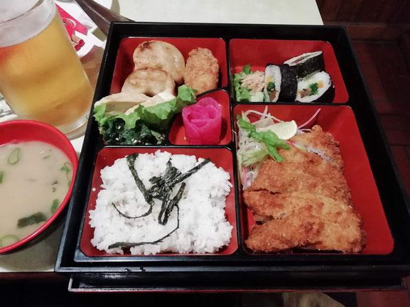 日本食レストラン「桃太郎」のとんかつ弁当。日本食最高だな〜。