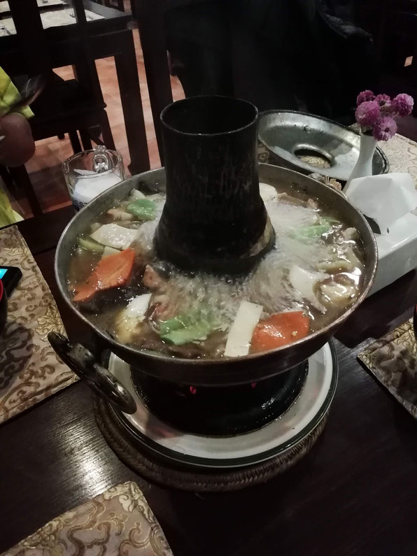 流行りのレストラン「デチェリン」のギャコック鍋。これに大量の副菜とライスが付きます。