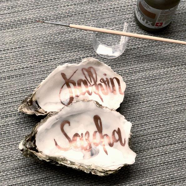Mit Namen beschriebene Austernschalen für das DIY-Geldgeschenk