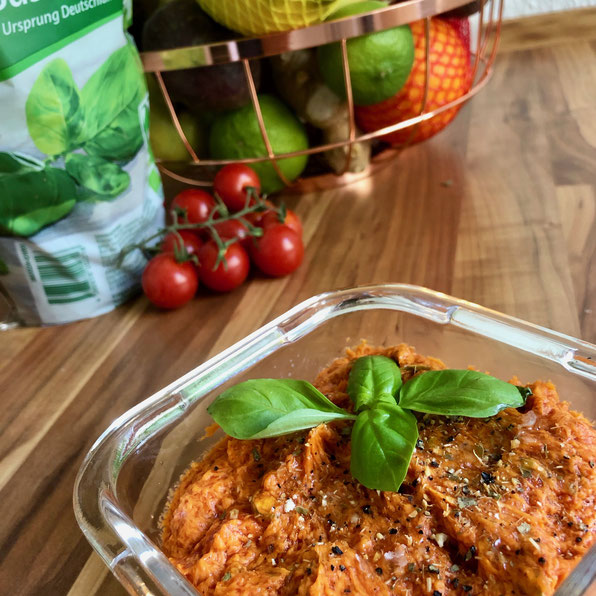 Fertig dekorierte Tomaten-Grillbutter mit Basilikum, Meersalz & Zitronenpfeffer – by Kamikatzedesign Nina aus Berlin