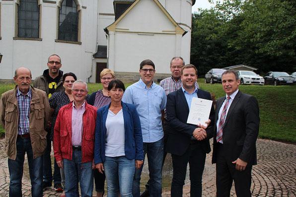 Bürgermeister Stephan Rausch gratuliert Timo Backes zum Ortsvorsteher