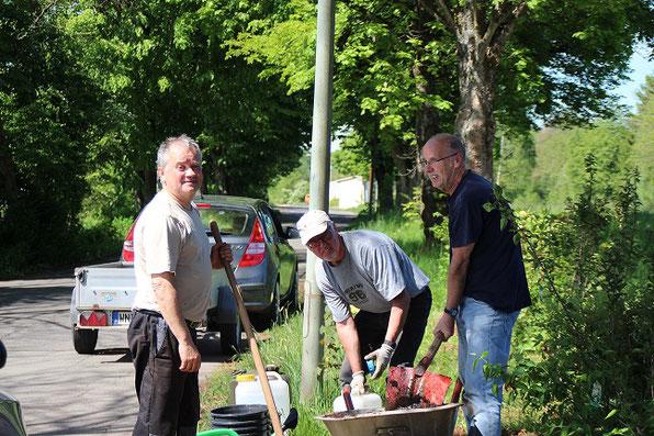 v.l Kurt, Joachim und Hans bei der Bepflanzung des Hanges.