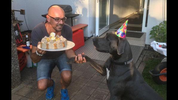 Norman gratuliert Perseus zum Geburtstag.