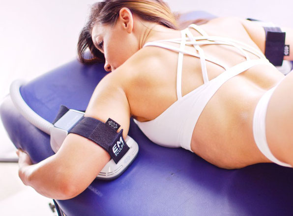 Die High Intensity Focused Electromagnetic-Therapie hilft bei der Muskelgeneration.