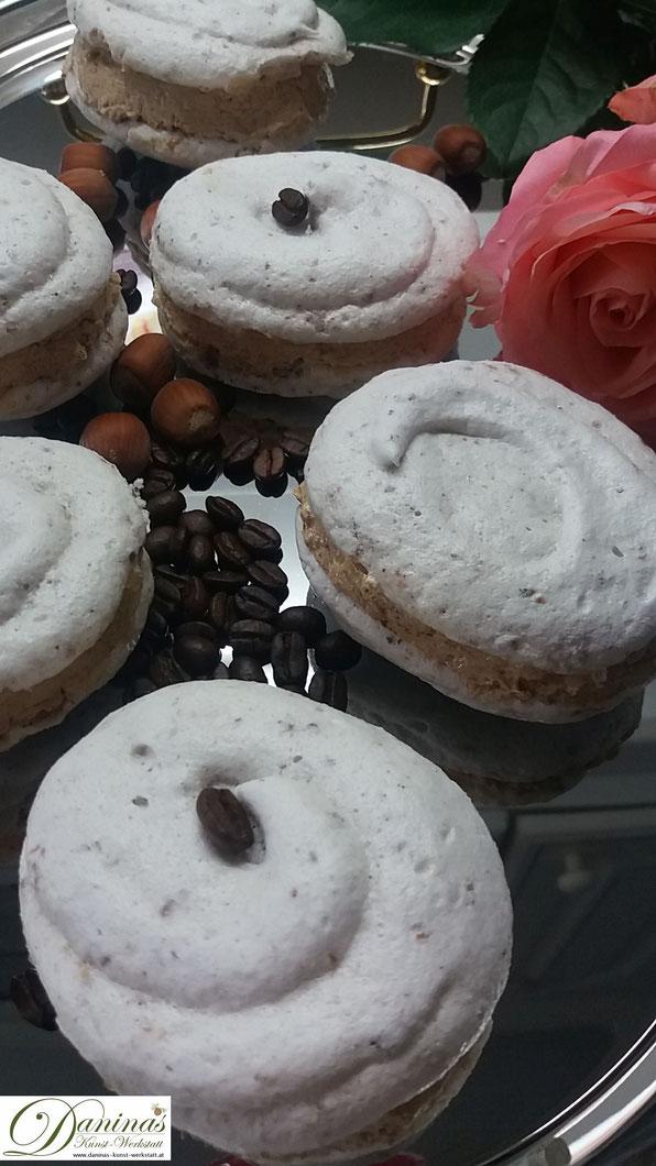 Meringue mit Buttercreme Rezept. Weihnachtsdessert Nuss Baiser mit Kaffee Buttercreme. Konditor-Rezept by Daninas Dad.