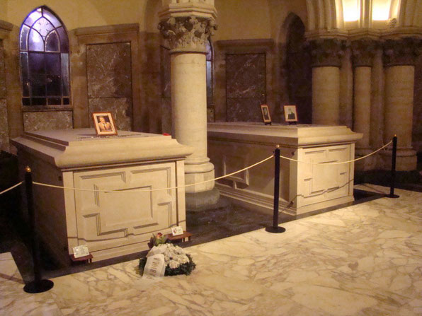 Links Grabstätte SM König Baudouin - Rechts: Grabstätte SM König Leopold II und Königin Marie Henriette
