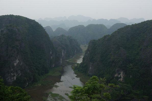 Baie d'Hallong terrestre sous le ciel gris