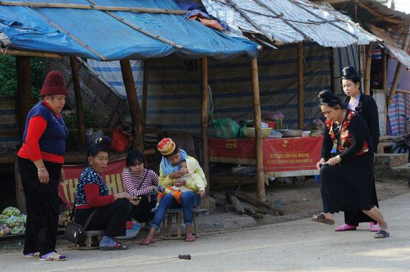 Femmes thaï qui jouent à une variante du palet breton (on n'a pas osé les défier, elles sont vraiment douées)