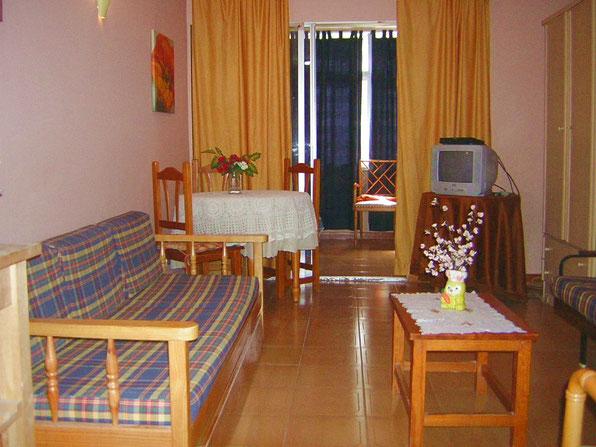 Wohnbereich der ferienwohnung Holly mit Schlafcouch in zentraler Lage  von Los Christianos auf Teneriffa