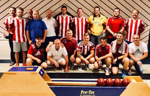 Die Mannschaften des TSV Neuhaus und des SKV Old School Kaiserslautern