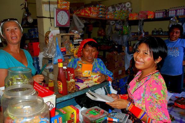 Einkaufen auf Isla Carti Tupile.....  In locker-lustiger Familienstimmung, alles wird handschriftlich auf Papier festgehalten....Tranquillo !  Hier kann man Käsescheibletten auch einzeln bekommen.