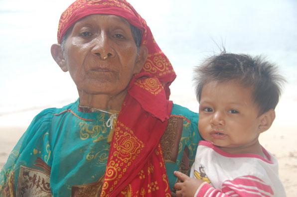 Auch hier sind Großmütter für die kleinen zuständig: Kuna Indianer
