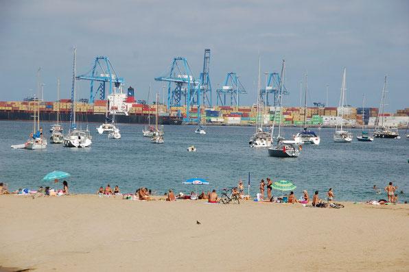 Vamos a la Playa ?  50m vor dem Strand lässt es sich gut ankern, wenn auch die Kulisse nicht die schönste ist.
