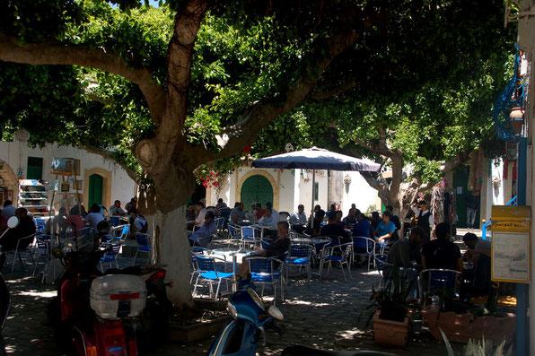 Am liebsten gehen wir dort hin wo sich die Einheimischen treffen. Dort ist es immer lustig, gut und günstig.    ... Mahdia / Tunesien  Mai 2011