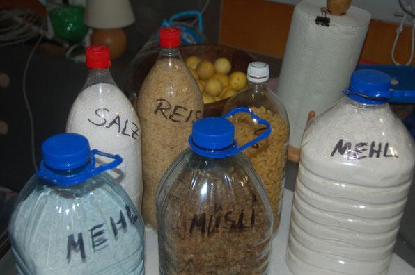 Etwas für länger lagern -  In alten Getränkeflaschen. Diese können Schädlinge nicht durchbeissen.