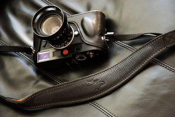 Erfahrungsbericht EDDYCAM-Kameragurte: 42mm-Gurt in schwarz-braun an einer LEICA M9. Foto: bonnescape