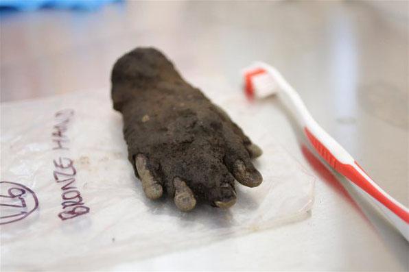 La main a été découverte à environ 1,50 mètre de profondeur. Crédit : The Vindolanda Trust