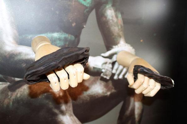 Les uniques gants découverts datant de l'Empire romain. Aujourd'hui on les voit plus comme des protections plutôt que des gants. Crédit : The Vindolanda Trust