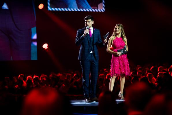 Die Hosts der Show: Pasquale Stramandino und Fabienne Wernly