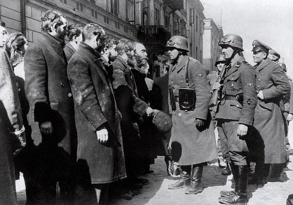 """""""Jüdische Rabbiner"""" werden verhört. Blösche (vorne rechts) mit geschultertem Gewehr"""