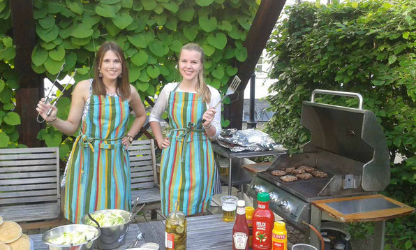 Sarah Didden (links) mit Lena Puscher am Grill.