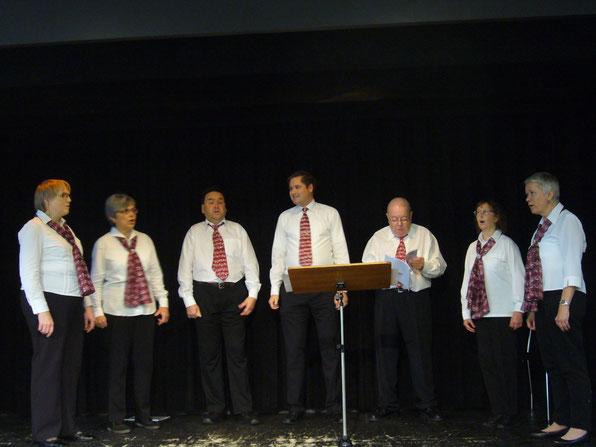 Auf der Bühne von links nach rechts:   Lisbeth Käser, Therese Scheidegger, Martin Zingre, Manfred Zimmermann, René Scheidegger, Monika Büttiker und Irene Frei