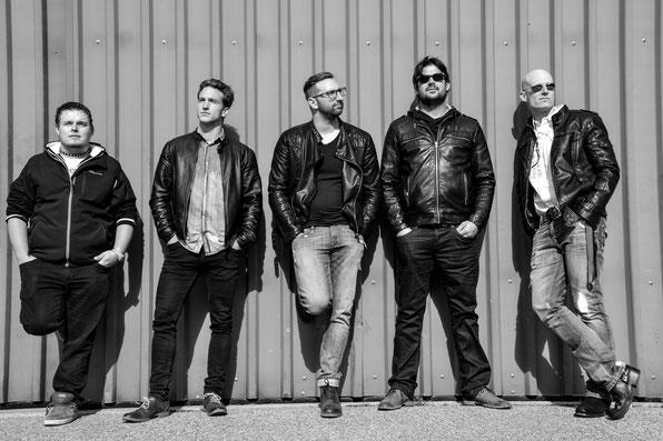v.l.n.r Diego Imsand Schlagzeug, Flavio Lauber Akk. / E-Gitarre, Tobias Brigger Voc, Martin Burgener Bass, Igor Zengaffinen E-Gitarre