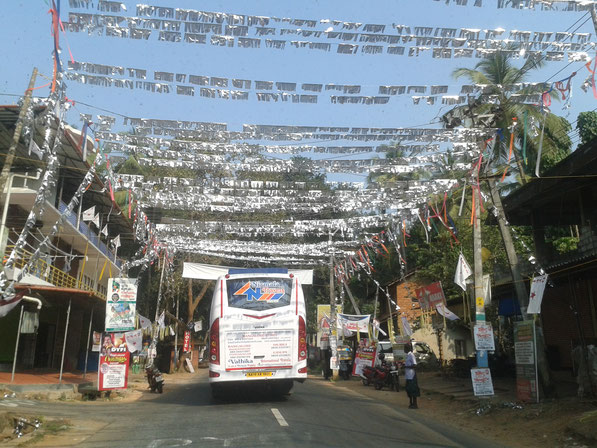 Geschmücktes Dorf auf dem Weg nach Wayanad