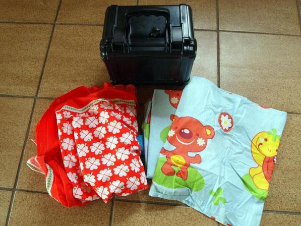 """Graziela-Stoff (Jippi-Jippi-Yeah!!!), lustige Kinderbettwäsche und eine """"Otterbox"""". Das ist eine wasserdichte Kamerabox, die neu zwischen 50 und 60 € kostet. Wir haben 7 € bezahlt. Was ich damit mache, weiß ich noch nicht. ;-)"""