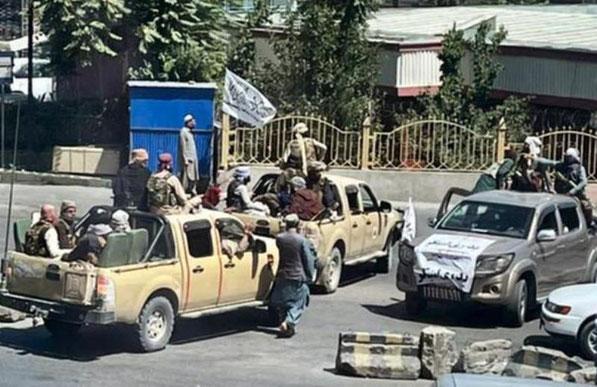 Taliban-militser har oprettet kontrolposter over hele Kabul bl.a. ved hjælp af beslaglagte politibiler. Fra klokken 21 er der erklæret udgangsforbud i byen