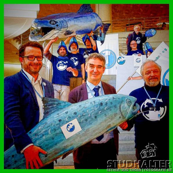 Uebergabe der Lachs-Petition von links: Ruedi Boesiger, Projektleiter Lachs WWF Schweiz, Laurent Roy, Wassserminister Frankreich und Rpberto Epple, Praesident European River Network ERN.