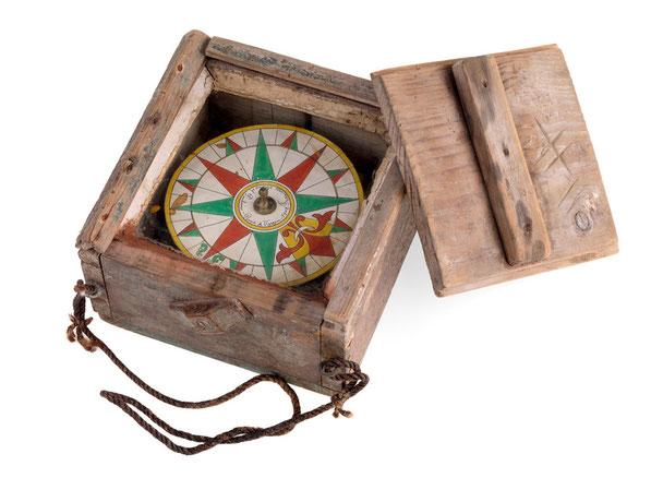Compas sec, d'un bateau de pêche portugais en 1902, gradué en quart, ce type de compas sommaire était très courant au XIXème siècle (collection National Maritime Museum)